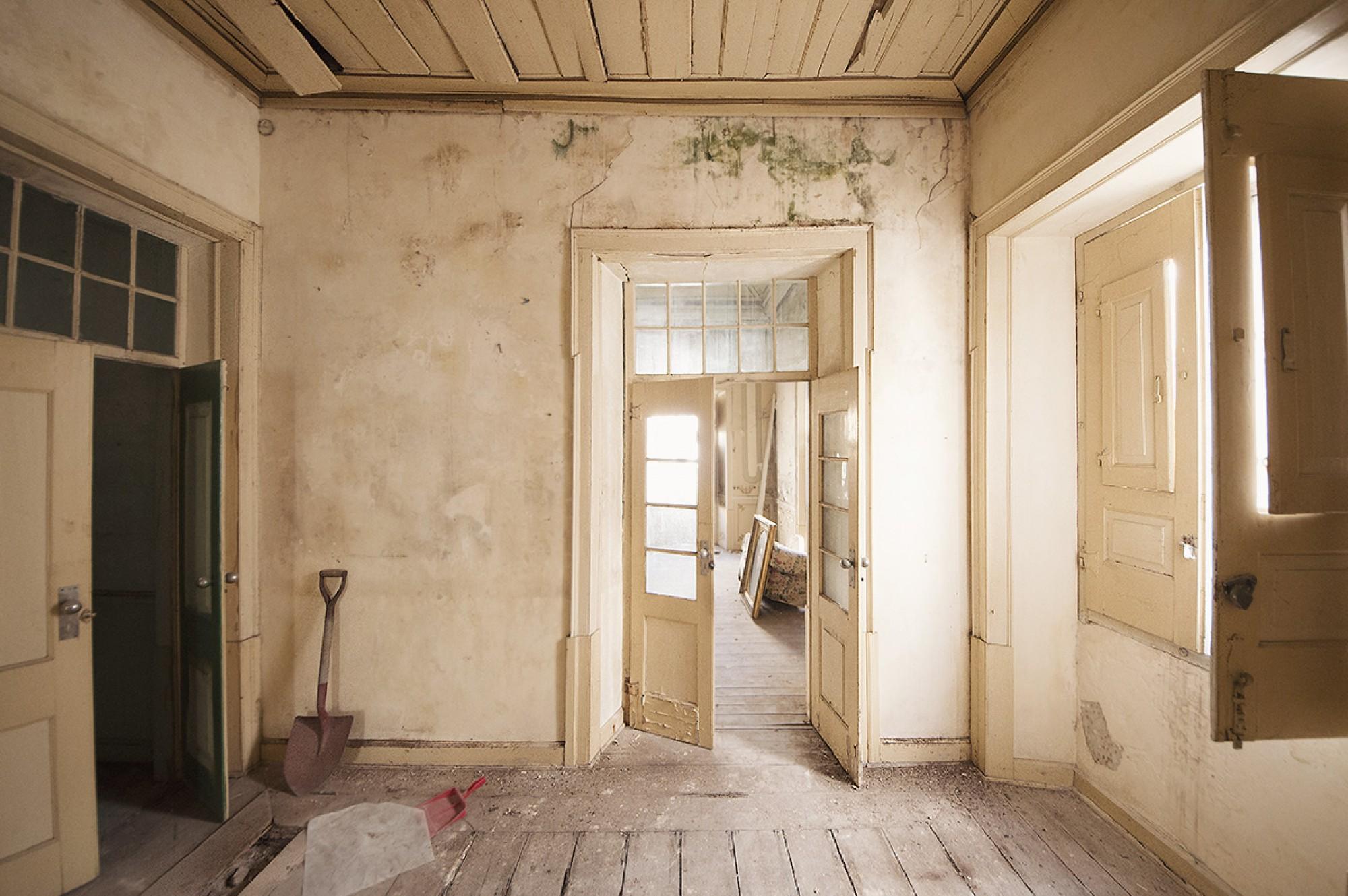 Um dos quartos , antes do inicio dos trabalhos / Inside the house, before work.